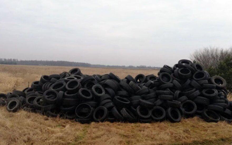 Klaipėdos rajone suversta senų padangų krūva