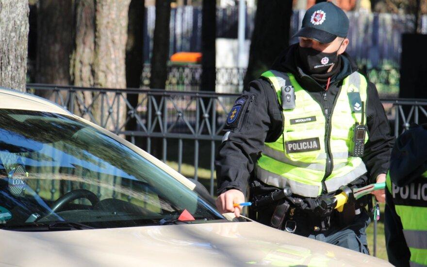 """Policijos reidas Palangoje: """"nematomi"""" ženklai, brangios gėlės ir įspėjimą gavęs buvęs kapelionas"""