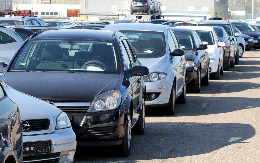 """Kovą naudotų automobilių lietuviai nenorėjo, bet dyzelinius """"Volkswagen"""" ir BMW išgraibstė"""