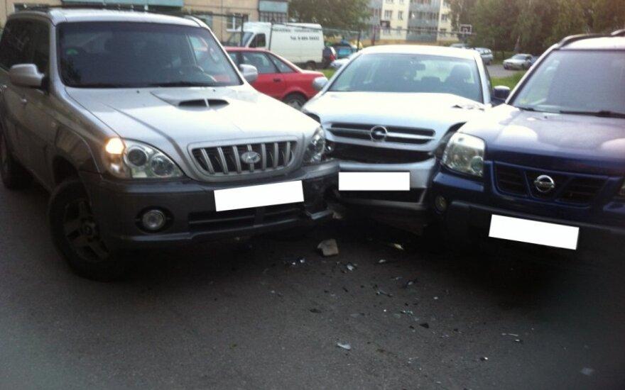 Neblaivi 20-metė Alytuje apdaužė keturis automobilius