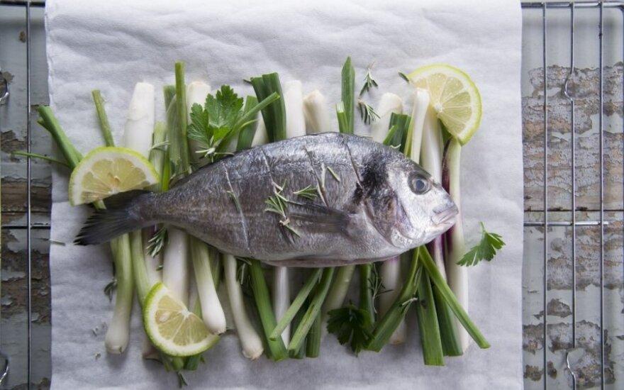 Lietuvių Kalėdų stalas: žuvį gamina patys, kūčiukus perka parduotuvėje