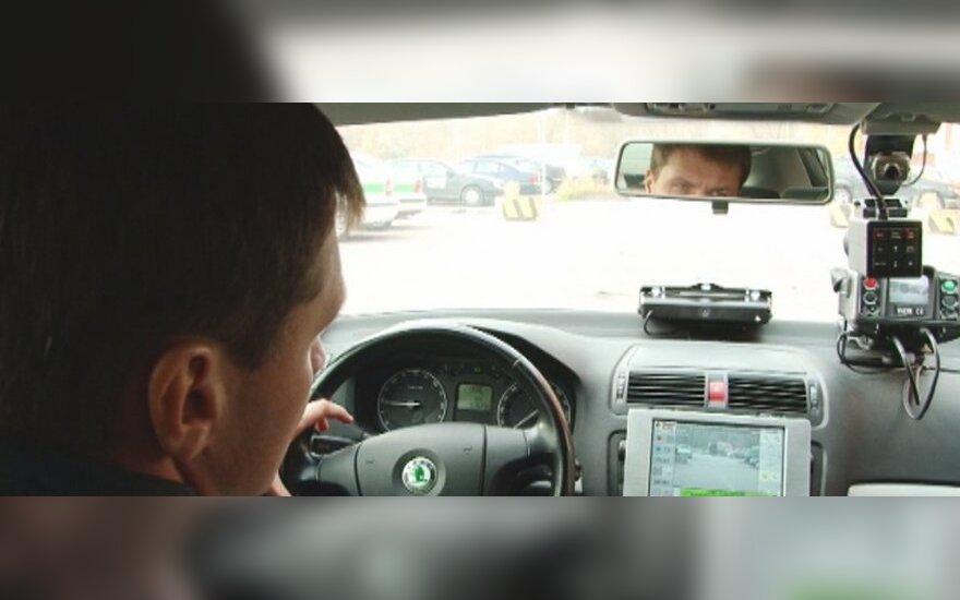Nepažymėtas policijos automobilis Škoda