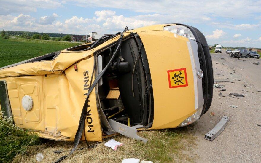 Avarija Kauno rajone: visureigis taranavo mokyklos autobusiuką