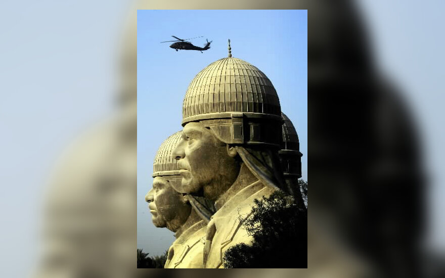 JAV sraigtasparnis skrenda virš Husseino skulptūrų