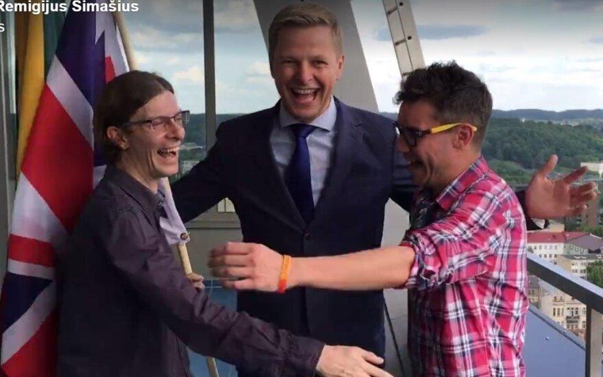 #HugABrit: Vilnius mayor and British expats urge Britain to vote to 'remain' in the EU