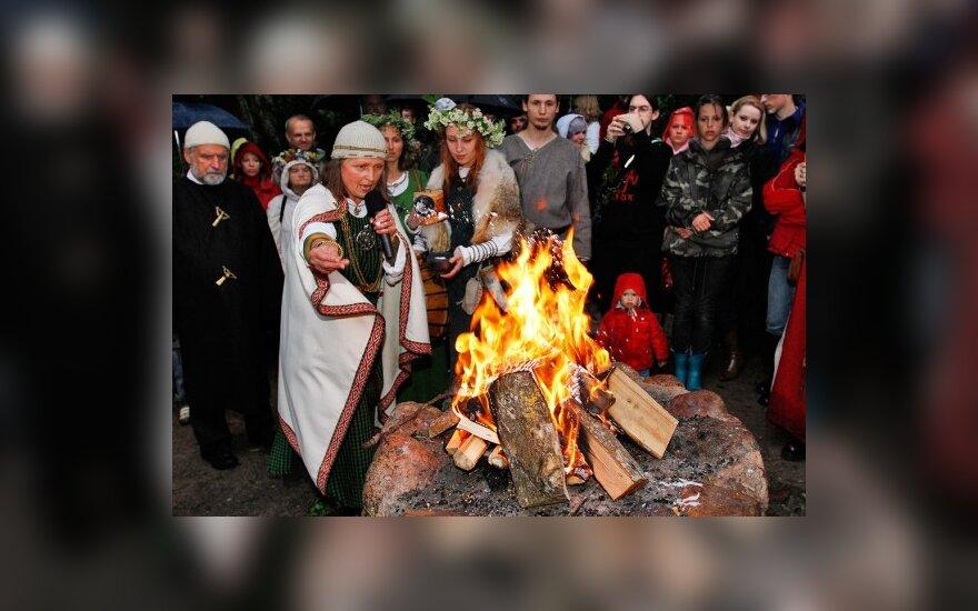Naujosios Joninių tradicijos: šašlykai, fejerverkai ir alus