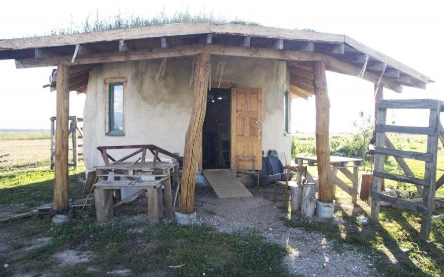 Neįprastą namą jauna šeima pasistatė vos už kelis tūkstančius eurų