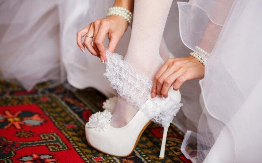 """Būsimoms nuotakoms – vestuvinių suknelių """"matavimosi"""" mokestis! Pasakyk, ką manai"""