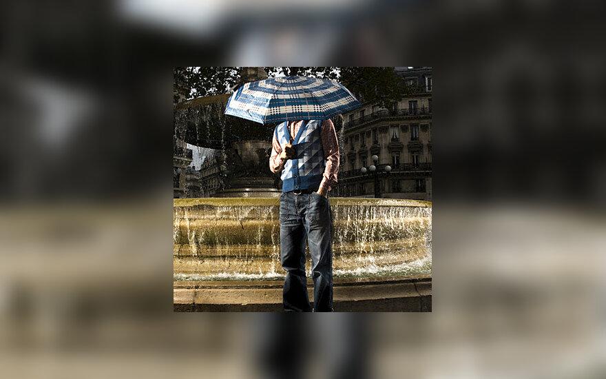 Vyras su skėčiu