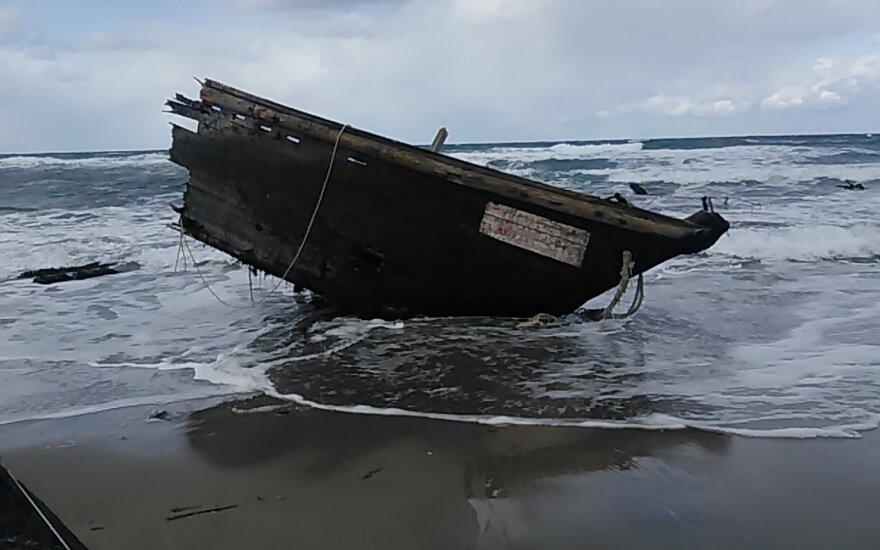 Į Japoniją atneštame laivelyje rasti 7 žmonių palaikai