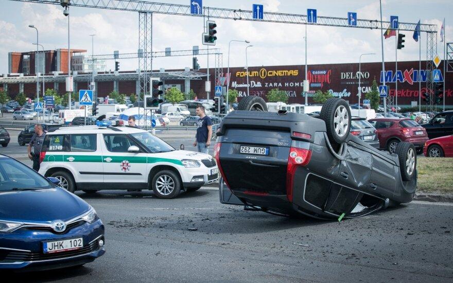 """Avarija prie Vilniaus """"Akropolio"""": nuo smūgio automobilis vertėsi ant stogo"""
