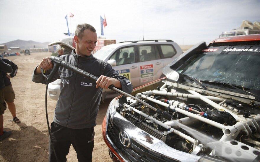 Dakaro ralyje plaunamas A. Juknevičiaus automobilis