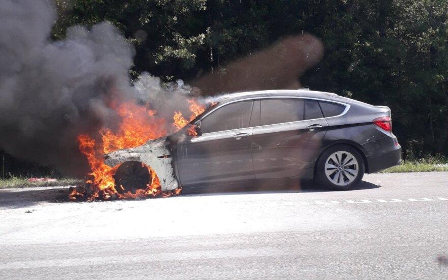 Greitkelyje prie Kauno užsidegė BMW