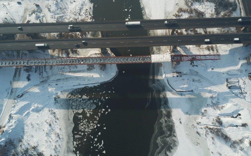Kauno rajone baiminamasi pavasarinio potvynio: statant tiltą per Nerį susiaurėjo upės vaga