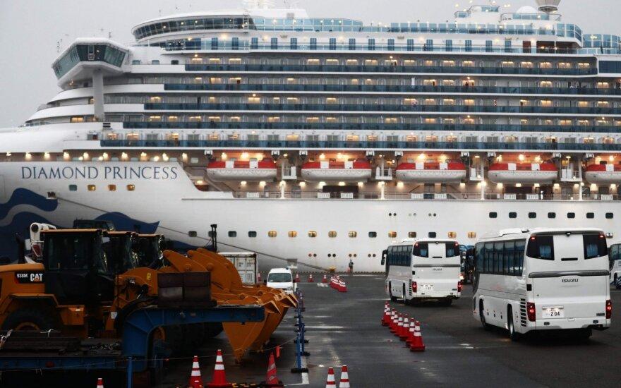 Užsikrėtusiųjų COVID-19 prie Japonijos krantų karantinuotame laive padaugėjo iki 355