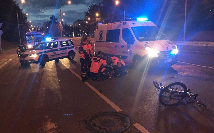Vilniuje dviratininką be žibintų ir atšvaitų partrenkė automobilis