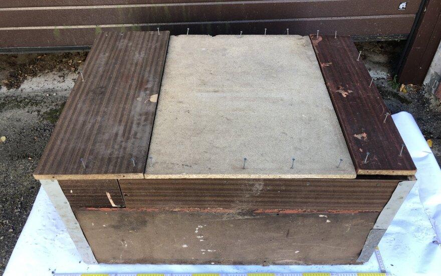 Dėžė. kurioje laikė pagrobtąjį