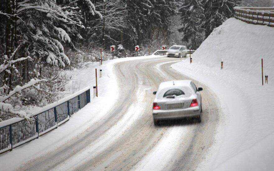 Eismo sąlygas sunkina slidūs rajoniniai keliai