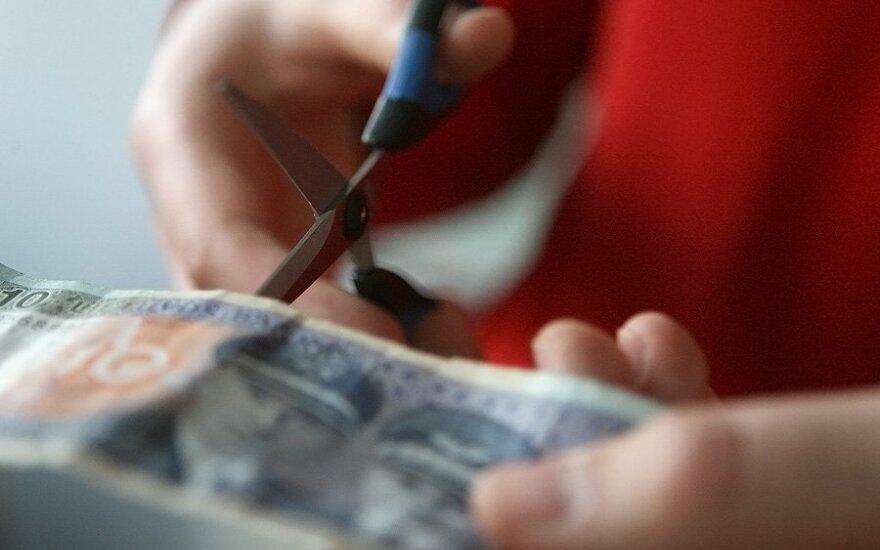 Banknotas, pinigai, žirklės, kirpti