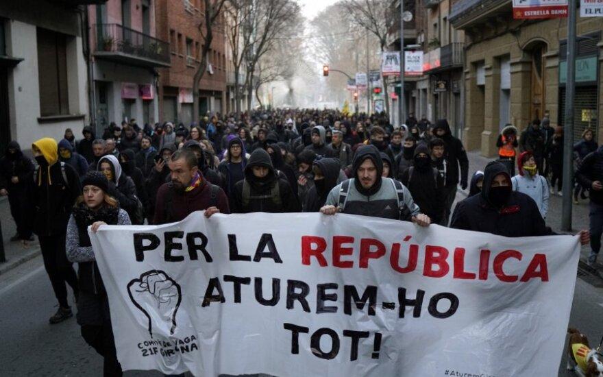 Katalonijoje prasidėjus streikui nepriklausomybės siekiantys aktyvistai užblokavo kelius