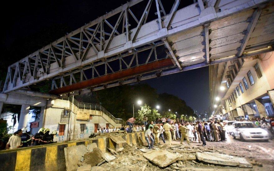 Mumbajuje sugriuvus tiltui žuvo šeši žmonės