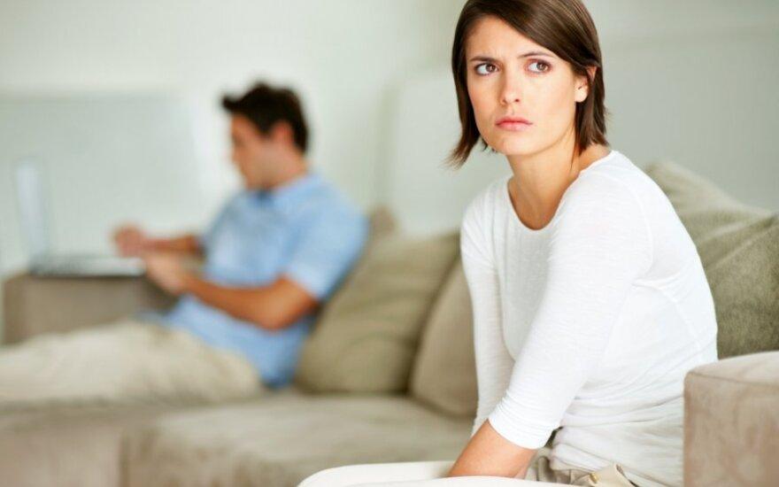 Vyras atsisako prižiūrėti vaikus ir verčiau leidžia laiką prie kompiuterio: psichologas įspėjo, ką tai gali reikšti