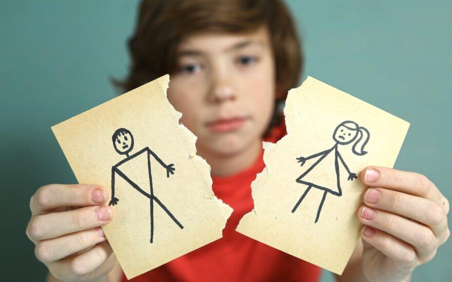 Mokslininkai išsiaiškino, kaip skyrybos paveikia vaikus