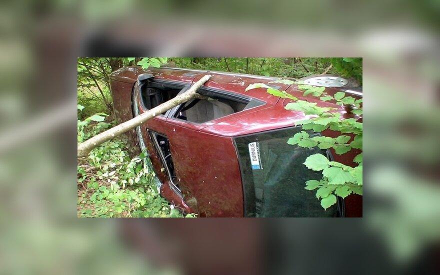 Neprisisegusiam vairuotojui per avariją prispausta galva