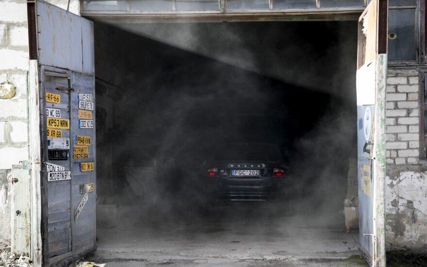 Vilniuje atvira liepsna degė autoservisas