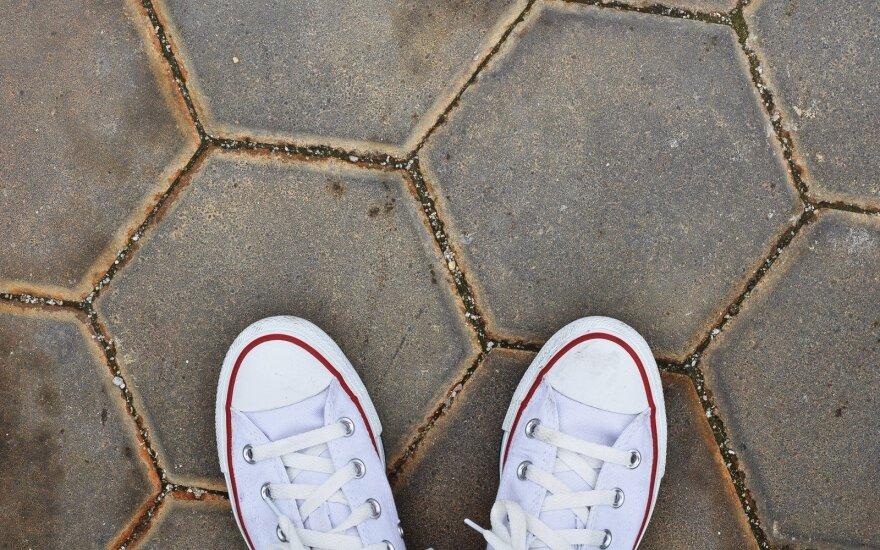 Kaip prižiūrėti baltus sportbačius, kad jie atrodytų kaip nauji