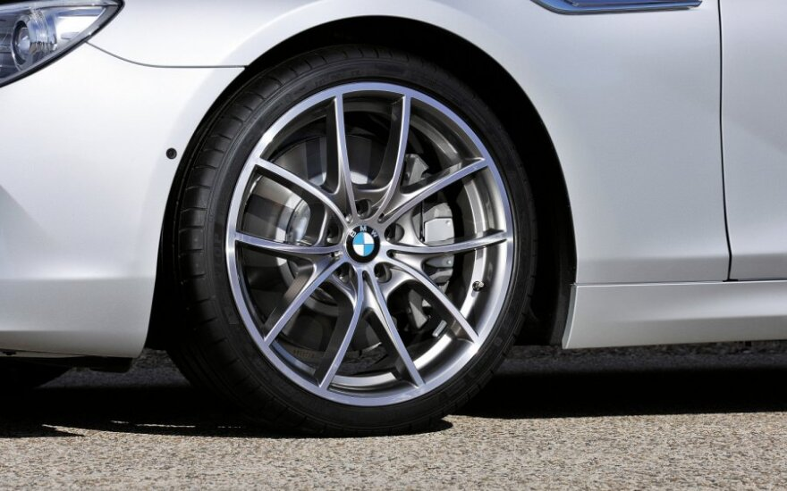 Tirs, ar teisinga neatiduoti nutempto automobilio, kol nesumokėta už saugojimą