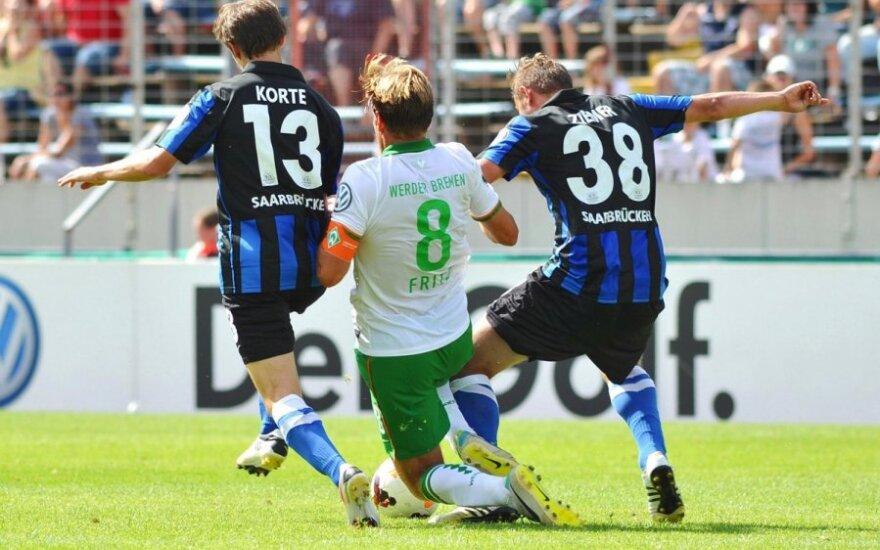 "Raffaelis Korte (kairėje) ir Marcelis Ziemeris (dešinėje) kovoja su Clemensu Fritzu (""Werder"")"