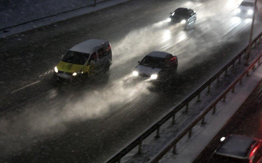 Naktį eismo sąlygas sunkins šlapdriba ir plikledis
