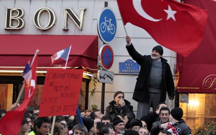 Turkija įšaldė santykius su Prancūzija, priėmus įstatymą, draudžiantį neigti armėnų genocidą