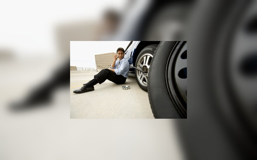 Draudikai: vairuotojai nebenori patys keisti kelyje prakiurusių padangų