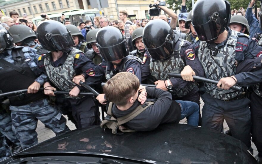 Po protestų Rusijoje: policijos pareigūnai pasiekė naują dugną