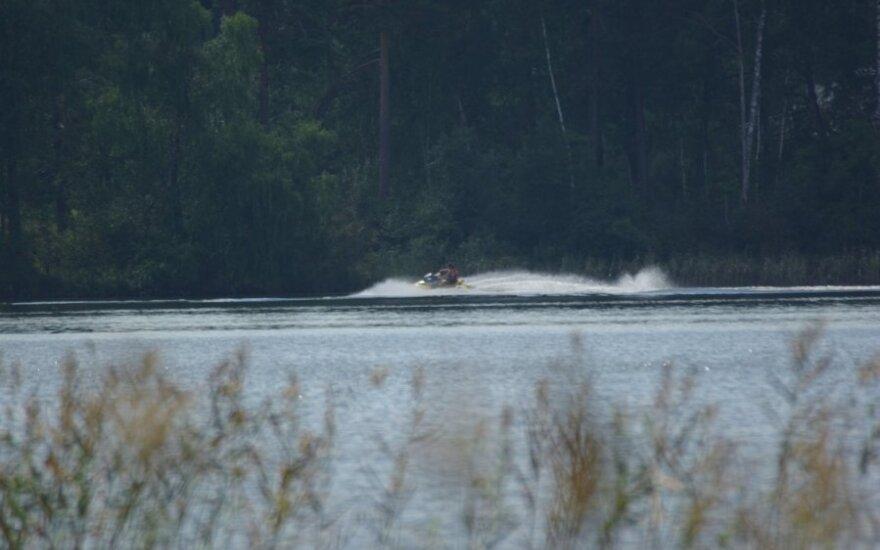 Baltarusis raižė vandens motociklu Ažvinčio ežerą