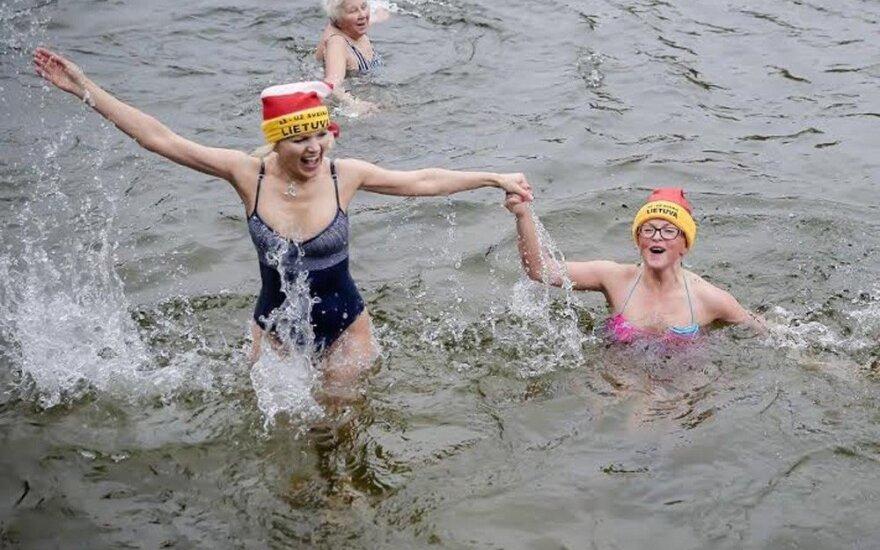 Ledinis vanduo moteriai padėjo atsikratyti nepakeliamų galvos skausmų