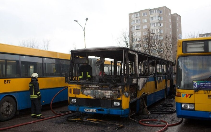"""Nustatyta, kokią žalą """"Vilniaus viešasis transportas"""" patyrė dėl autobusų padegėjo"""