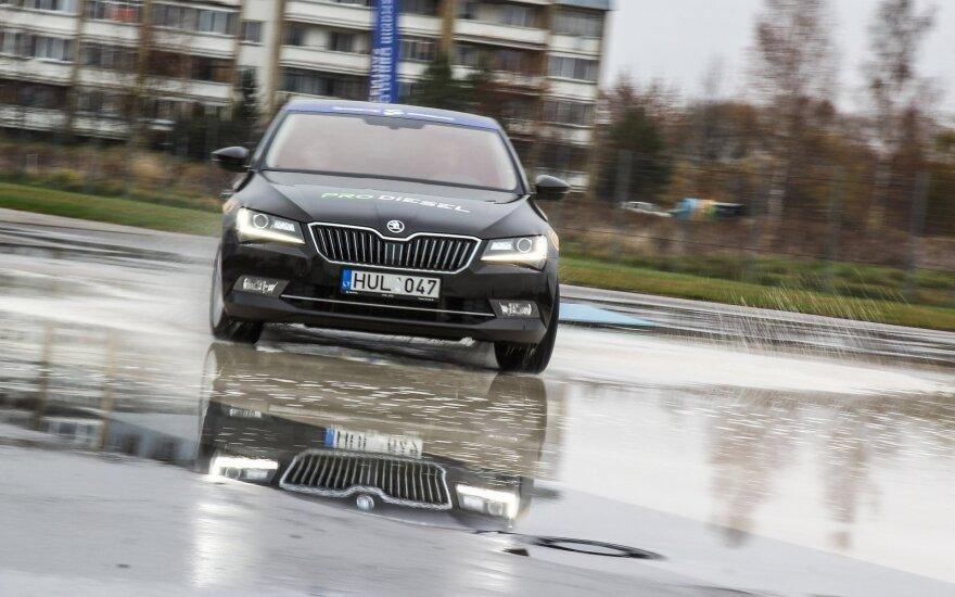 """""""Metų automobilis 2016"""": slidžios dangos testas Panevėžyje"""