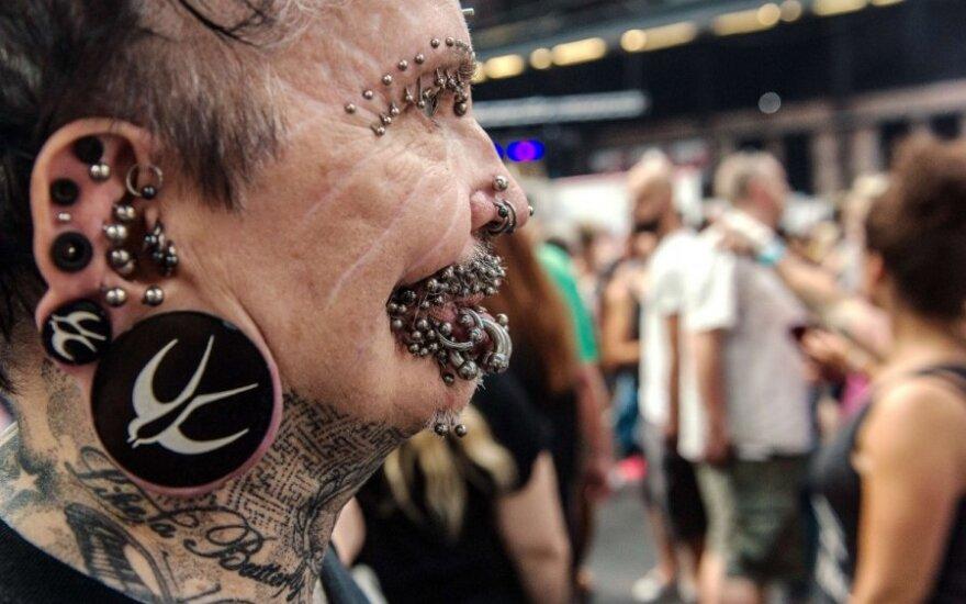 Dėl auskarų neįleido į Dubajų: galvojo, kad juodasis magas