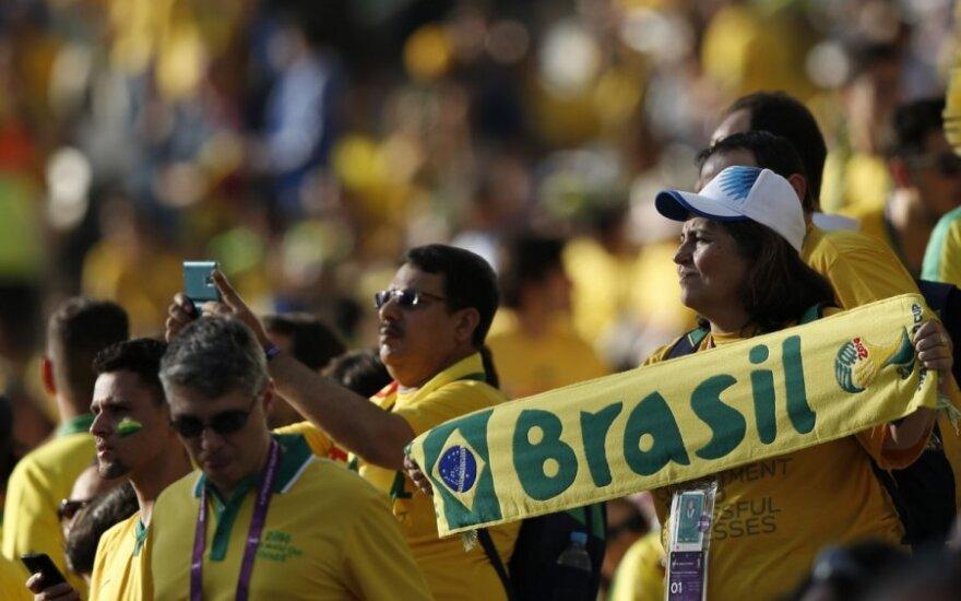 Ašarinės dujos ir fejerverkai: pasaulio čempionatas Brazilijoje pradėtas su trenksmu