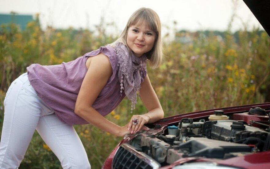 Moteris remontuoja