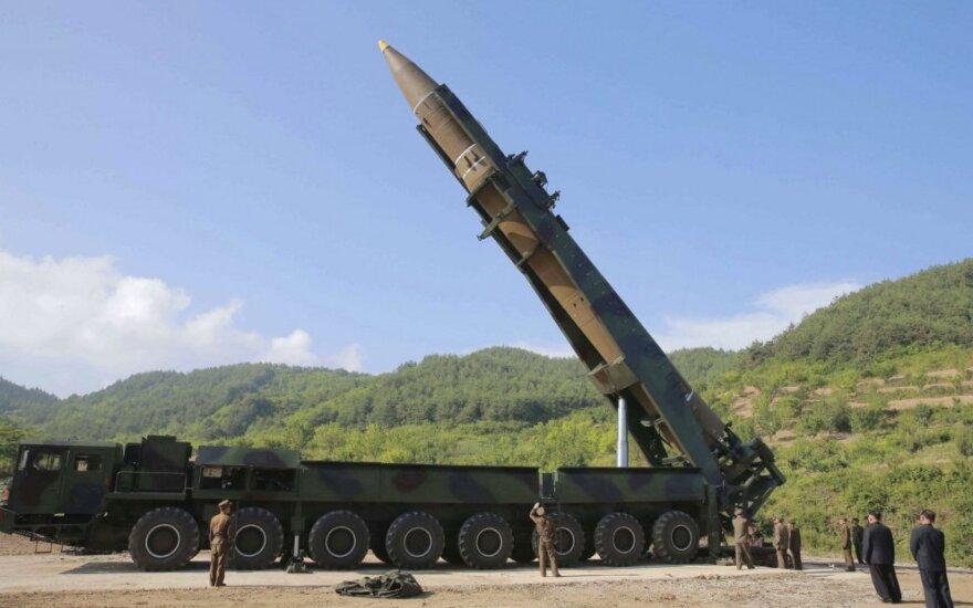 """Naujame propagandiniame filmuke Šiaurės Korėja žada """"negailestingą kerštą"""""""