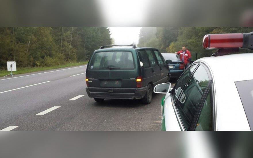 Policininkai kelyje pirmam vairuotojui atėmė automobilio numerius