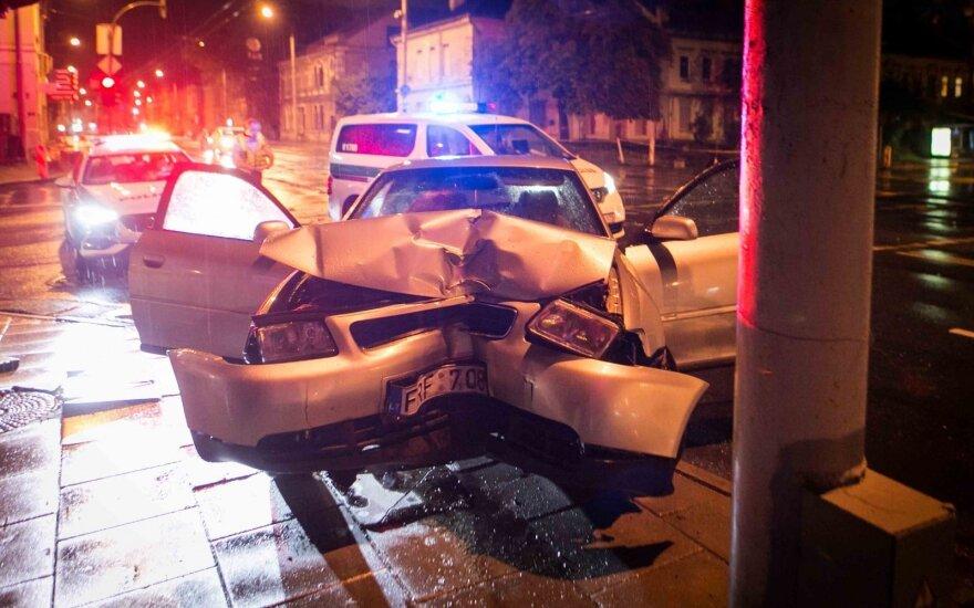 """Vilniuje """"Audi"""" rėžėsi į stulpą, nukentėjo paauglys"""