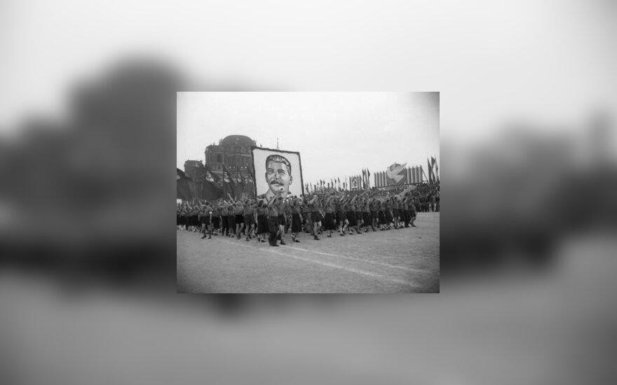 Sovietmetis. Demonstrantai neša J.Stalino portretą