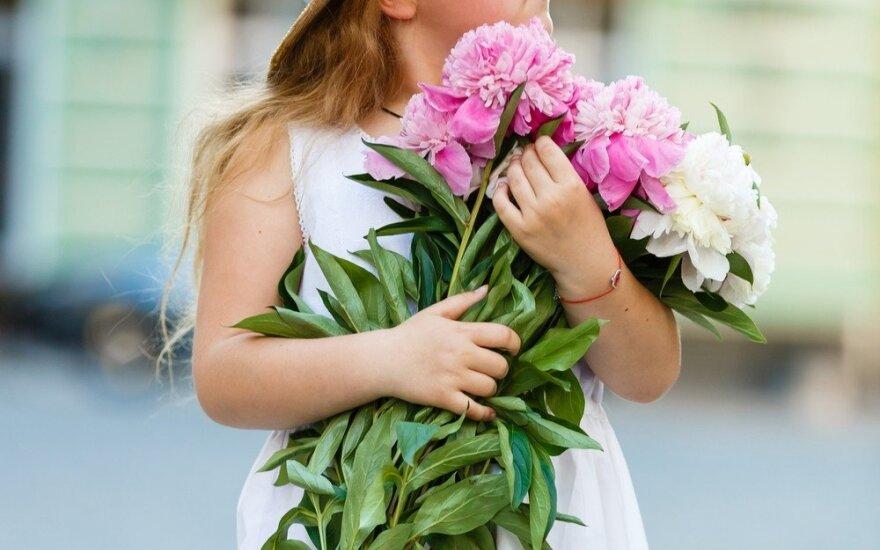 Mergaitė su gėlėmis