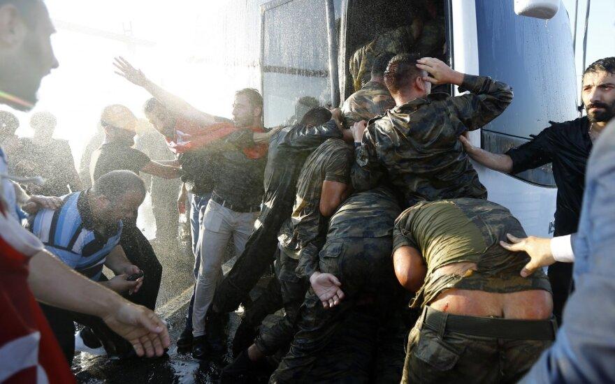 Perversme dalyvavusių Turkijos karių sulaikymas