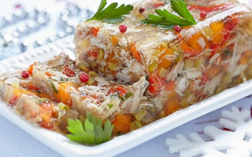 Šaltiena su daržovėmis ir spanguolėmis